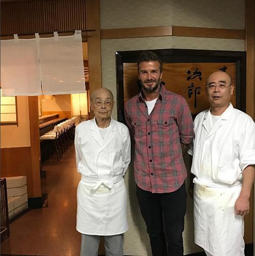 tiem sushi chi co 10 ghe ma beckham, obama cung phai xep hang ghe tham - 4