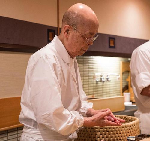 tiem sushi chi co 10 ghe ma beckham, obama cung phai xep hang ghe tham - 1