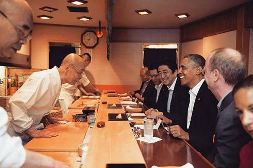 tiem sushi chi co 10 ghe ma beckham, obama cung phai xep hang ghe tham - 3