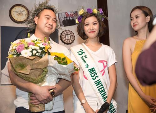 ban trai dai gia cua a hau thuy van lan dau lo dien truoc cong chung - 6