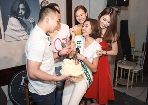 ban trai dai gia cua a hau thuy van lan dau lo dien truoc cong chung - 2