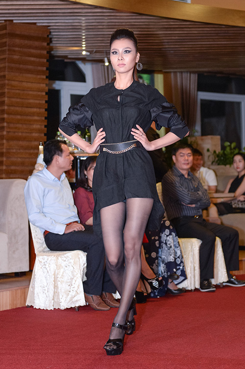 hong xuan 1m90 theo vo hoang yen hoc catwalk - 7