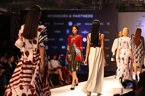 ngoc chau deo day trang suc sau khi dang quang vietnam's next top model - 14