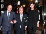 Làng sao - Hoa hậu Lý Gia Hân đỡ bố chồng già yếu đi dự đám tang