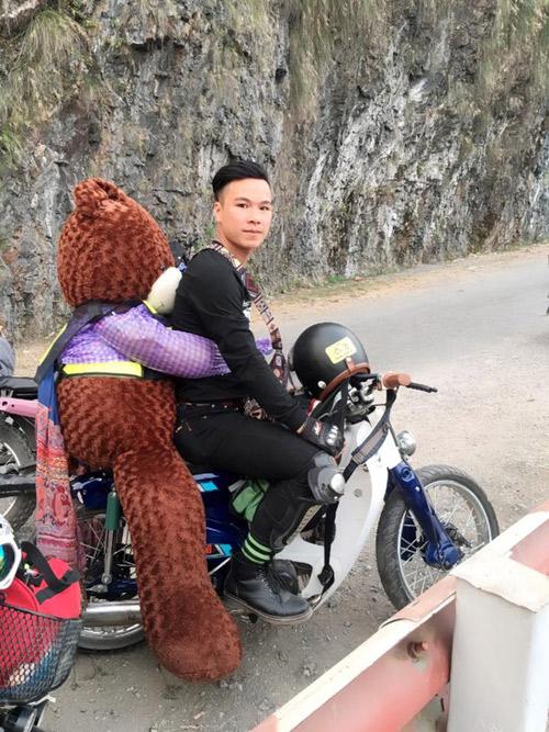"""chua co nguoi yeu, chang trai om """"gau"""" di phuot khap cac cung duong - 2"""