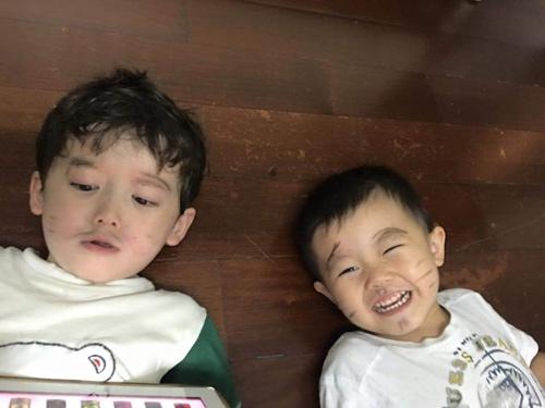 hai be trai ngoi xep tien gui 'chu phan anh' ung ho mien trung gay sot cong dong mang - 11