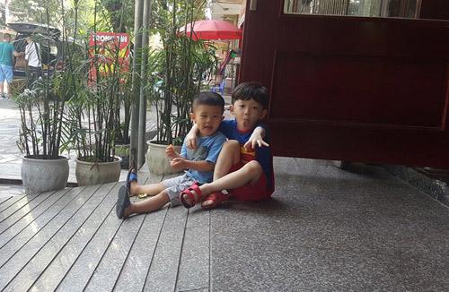 hai be trai ngoi xep tien gui 'chu phan anh' ung ho mien trung gay sot cong dong mang - 9