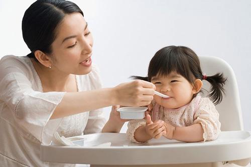"4 ""khong"" khi cho con an sua chua me phai nho de khong uong cong - 2"