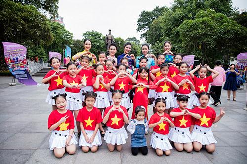 hoa hau ngoc han, my linh cung a hau thanh tu mac ao dai nhay flashmob o ho guom - 9
