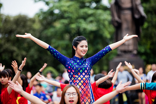hoa hau ngoc han, my linh cung a hau thanh tu mac ao dai nhay flashmob o ho guom - 15