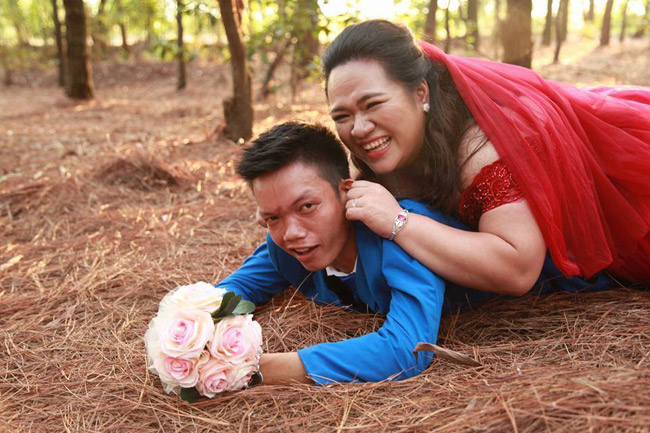 "cap doi hot nhat mxh: chang trai ""gay nhom"" me co nang hon minh 30kg - 12"