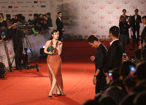 "angela phuong trinh lam ""nao loan"" tham do lien hoan phim quoc te - 1"
