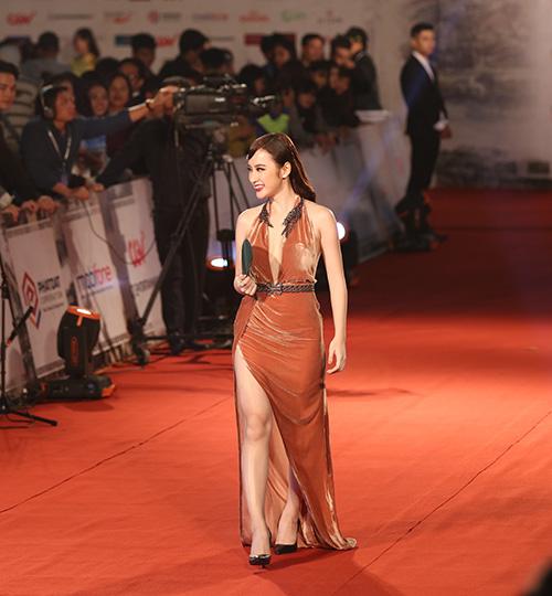 "angela phuong trinh lam ""nao loan"" tham do lien hoan phim quoc te - 2"