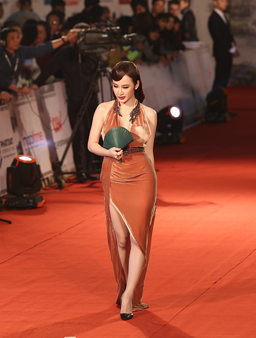 "angela phuong trinh lam ""nao loan"" tham do lien hoan phim quoc te - 3"