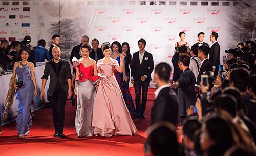 "angela phuong trinh lam ""nao loan"" tham do lien hoan phim quoc te - 9"