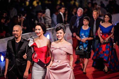 "angela phuong trinh lam ""nao loan"" tham do lien hoan phim quoc te - 10"