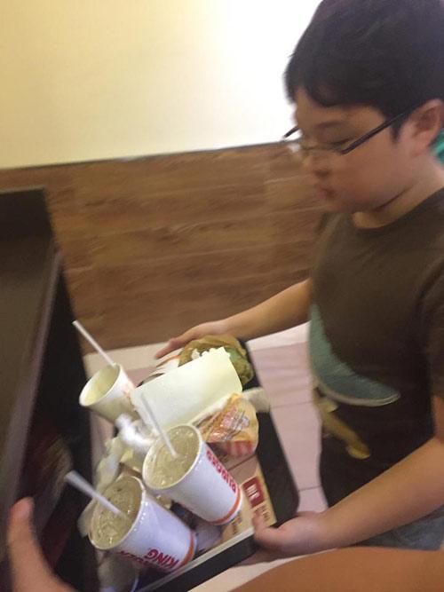 hanh dong cua cau be lop 4 sau khi an xong trong cua hang khien nhieu nguoi phai xau ho - 1