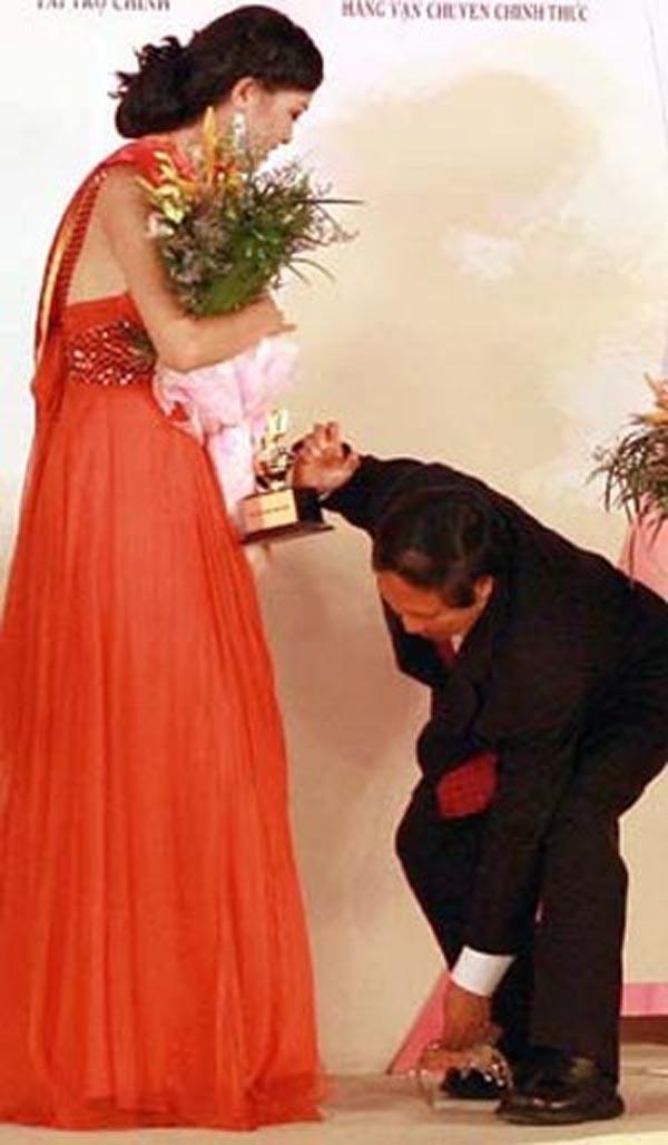 "khong the nhin cuoi vi hinh anh ""kho do"" cua cac hoa hau khi dang quang - 3"