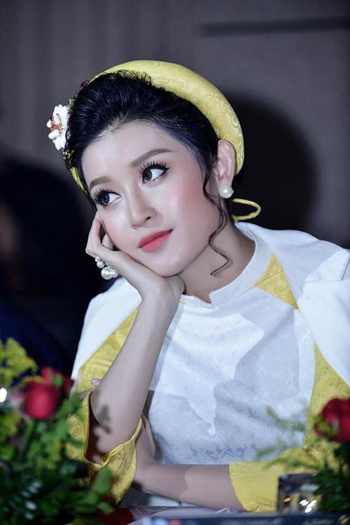 huyen my, luong giang hoi ngo tren hang ghe giam khao - 9