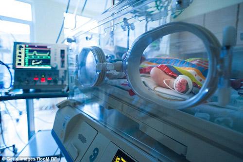 la lung ba me vua sinh con nhung van con thai nhi trong bung - 1