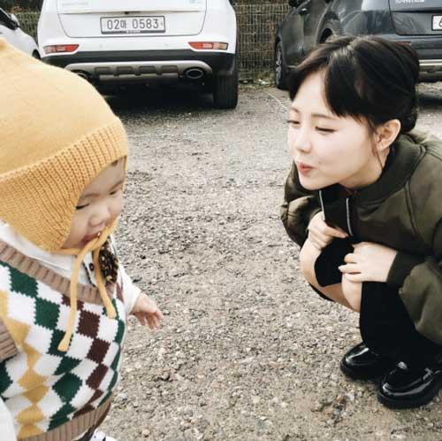 """Tưởng là  """"học sinh cấp 2"""" nhưng đây lại là bà mẹ 2 con nổi tiếng nhất Hàn Quốc-12"""
