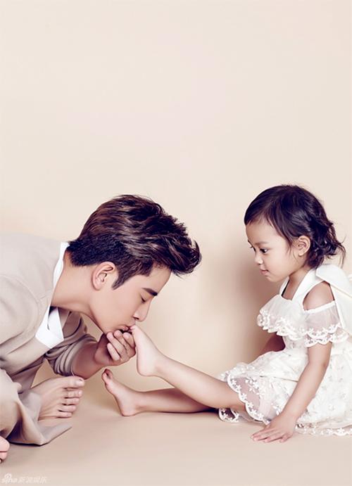Sự thật bức ảnh ông bố soái ca quỳ gối rửa chân cho con gái được săn lùng-3