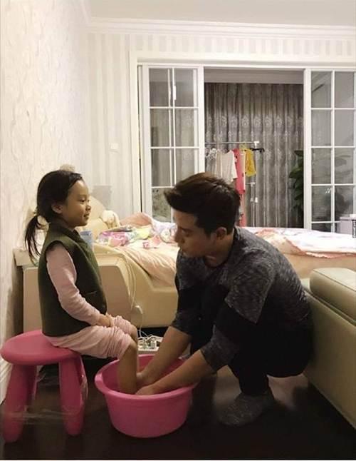 Sự thật bức ảnh ông bố soái ca quỳ gối rửa chân cho con gái được săn lùng-1