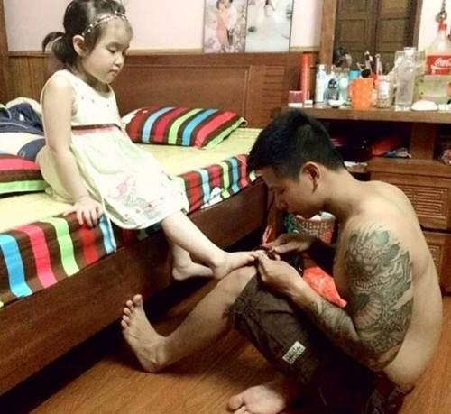 Sự thật bức ảnh ông bố soái ca quỳ gối rửa chân cho con gái được săn lùng-8