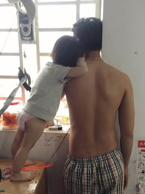Sự thật bức ảnh ông bố soái ca quỳ gối rửa chân cho con gái được săn lùng-7