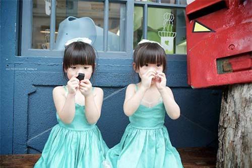 """Ngắm 3 cặp bé gái sinh đôi đẹp như thiên thần từng khiến dân mạng """"chao đảo"""" - 2"""