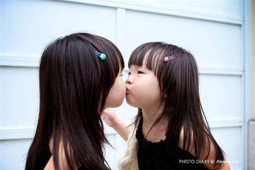 """Ngắm 3 cặp bé gái sinh đôi đẹp như thiên thần từng khiến dân mạng """"chao đảo"""" - 4"""