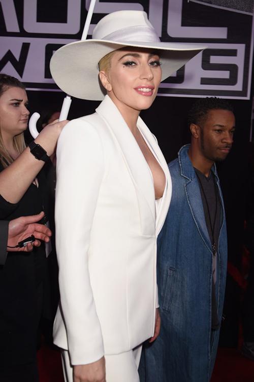 Ơn Trời, Lady Gaga đã hết thời thảm họa thời trang! - 2