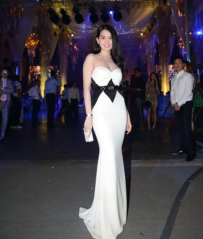 Mặc nổi bật hơn cả cô dâu, nhiều sao Việt bị chỉ trích vì chơi trội khi đi đám cưới - 8