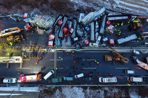 56 ô tô đâm nhau liên hoàn trên cao tốc, 17 người thiệt mạng-1