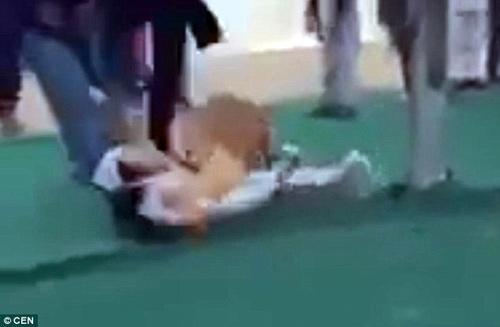 Đại gia dắt hổ đi dạo trong khu mua sắm, bé gái 6 tuổi bị vồ suýt chết-3