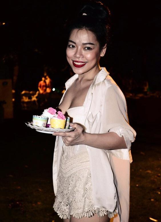 Mặc nổi bật hơn cả cô dâu, nhiều sao Việt bị chỉ trích vì chơi trội khi đi đám cưới - 19