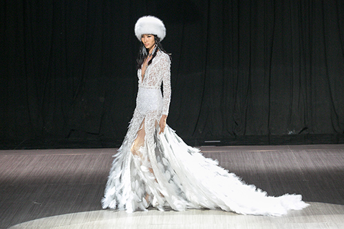 lan khue nhuong vedette cho hoang thuy de catwalk lanh lung the nay day - 10
