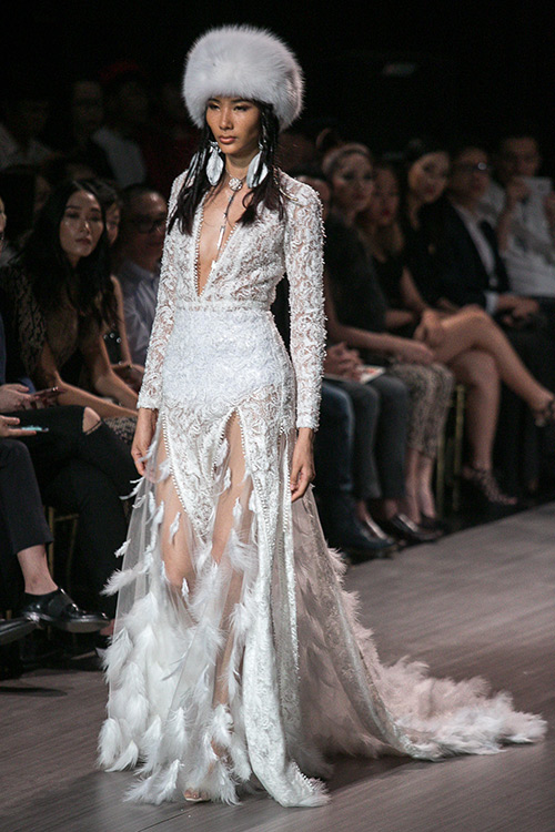lan khue nhuong vedette cho hoang thuy de catwalk lanh lung the nay day - 9
