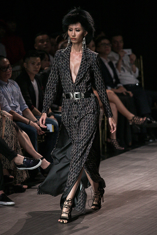lan khue nhuong vedette cho hoang thuy de catwalk lanh lung the nay day - 7