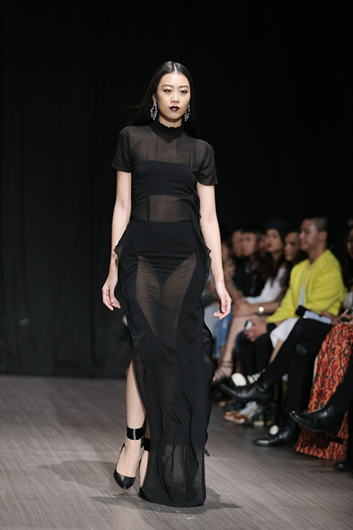 lan khue nhuong vedette cho hoang thuy de catwalk lanh lung the nay day - 17