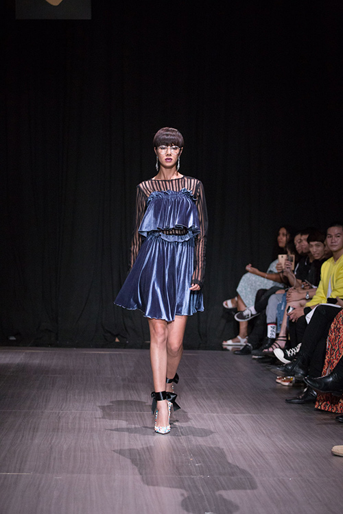lan khue nhuong vedette cho hoang thuy de catwalk lanh lung the nay day - 13