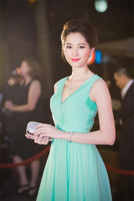 """Muôn vàn sự cố thời trang khiến sao Việt """"ngượng chín mặt"""" - 4"""