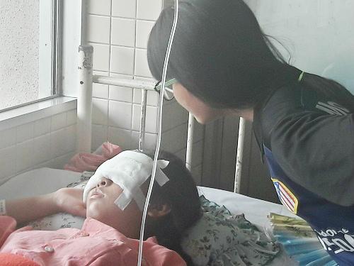 Nữ sinh xinh đẹp bị nhiều mảnh vỡ mũ bảo hiểm đâm vào mặt-2