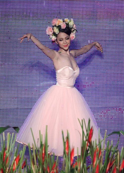 """Muôn vàn sự cố thời trang khiến sao Việt """"ngượng chín mặt"""" - 11"""