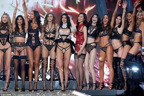 """Victoria's Secret Show 2016: """"Nổi da gà"""" vì sức nóng như núi lửa phun trào của dàn thiên thần nội y - 1"""