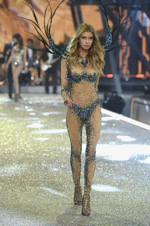 """Victoria's Secret Show 2016: """"Nổi da gà"""" vì sức nóng như núi lửa phun trào của dàn thiên thần nội y - 12"""
