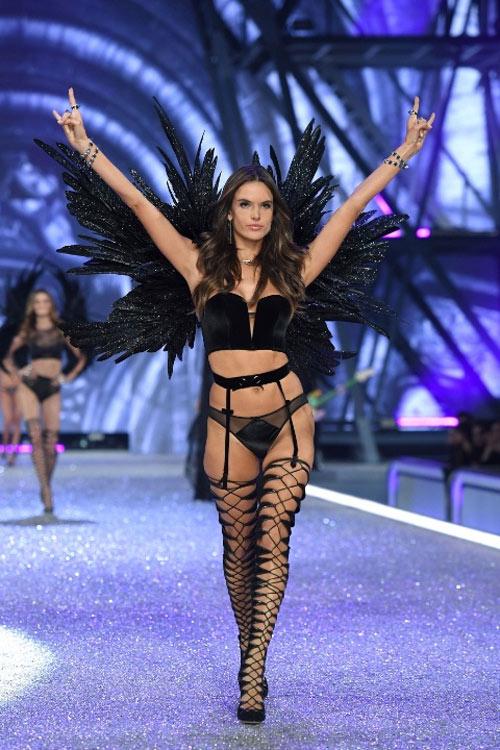 """Victoria's Secret Show 2016: """"Nổi da gà"""" vì sức nóng như núi lửa phun trào của dàn thiên thần nội y - 13"""