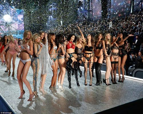 """Victoria's Secret Show 2016: """"Nổi da gà"""" vì sức nóng như núi lửa phun trào của dàn thiên thần nội y - 2"""