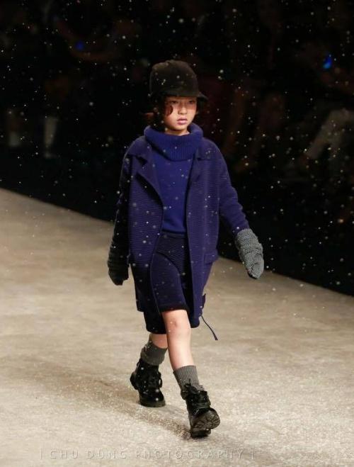 Thiên thần 7 tuổi Hà Nội đi đâu cũng sáng nhất phố vì mặc cực chất - 2