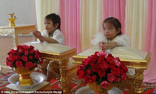 """Cặp song sinh 3 tuổi đẹp như tranh được cho cưới vì là """"tình nhân kiếp trước""""-1"""